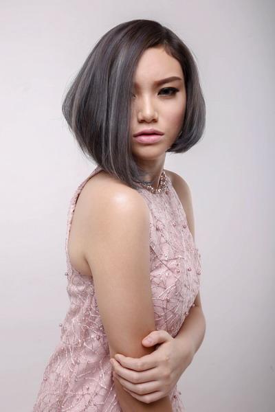 Kesan Muda dan Casual dengan Gaya Rambut  'Dusty Silver Blue'