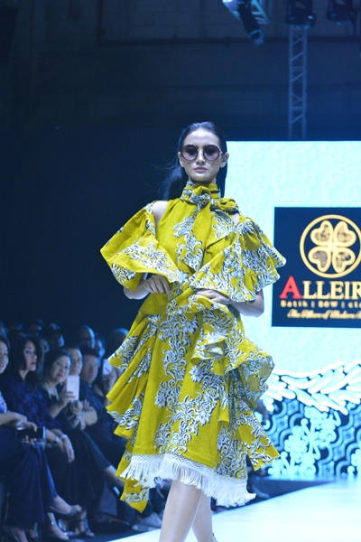 Koleksi Batik Multi Fungsi ditampilkan Alleira di Plaza Indonesia Fashion Week 2019