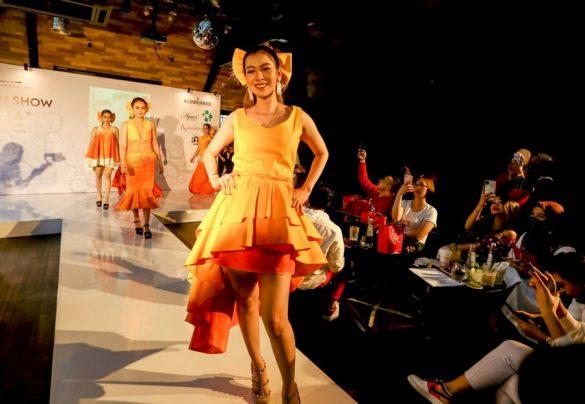 """Gelar Fashion Show Tunggal Bertemakan """"Senja"""", Desainer Muda Migi Rihasalay Tampilkan 12 Koleksi Terbaru"""